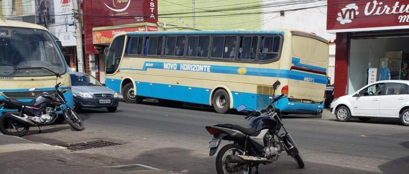 Ônibus da Novo Horizonte quebra em frente à garagem de empresa e causa transtornos em Brumado