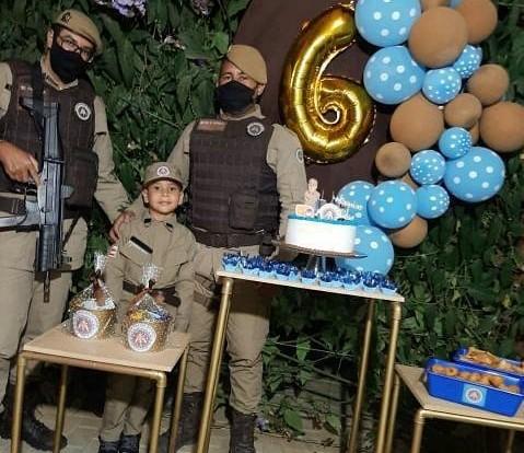 Presidente Jânio Quadros: Policias participam do aniversário de menino de 06 anos