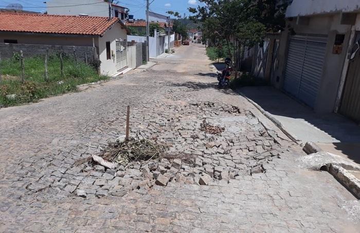 Esgoto e buracos abertos causam transtornos em Maetinga; moradores cobram providências