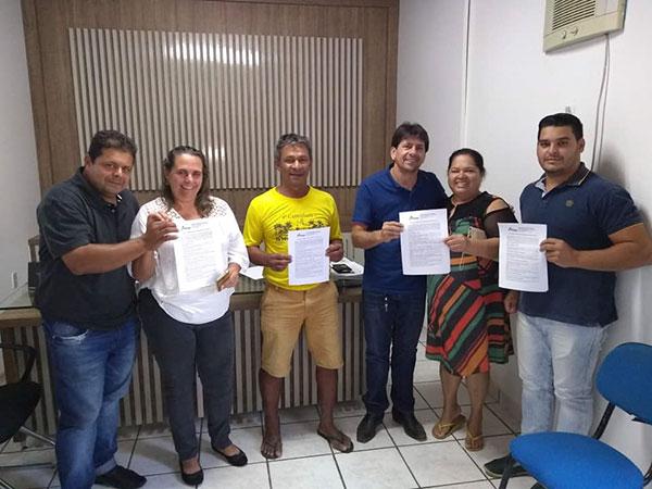 Mais emprego e renda: Prefeito de Aracatu entrega chaves de quiosques para comerciantes