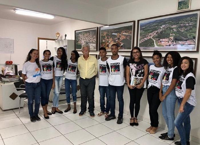 Alunos do Núcleo de Cidadania dos Adolescentes entrevistam o prefeito de Brumado