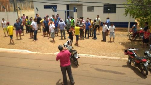 Moradores de Maetinga fazem protesto em frente a Embasa por conta da má qualidade da água