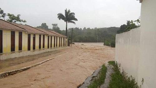 Chuva forte deixa Rio de Contas alagada