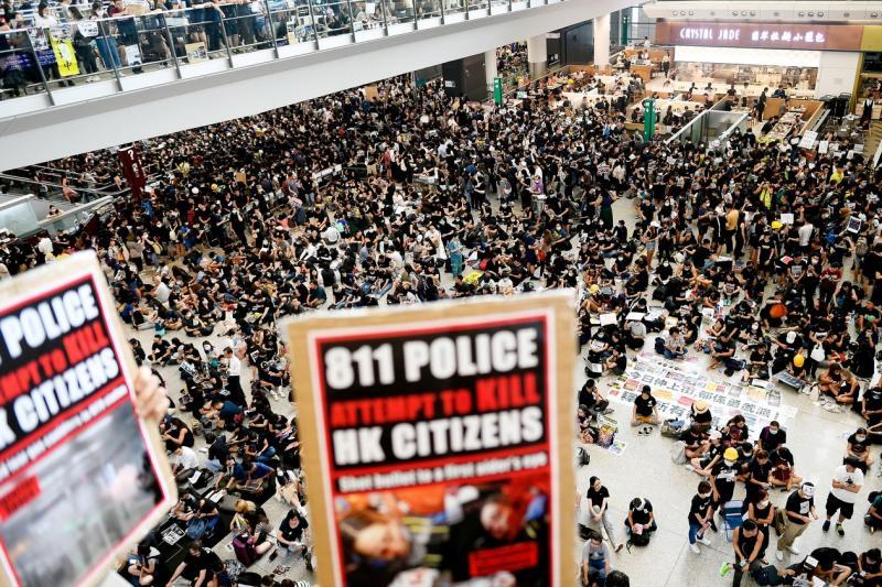 Aeroporto de Hong Kong tem 4º dia de protestos e voos são cancelados