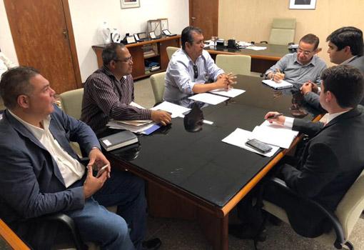 Presidente do legislativo brumadense, Léo Vasconcelos em reunião na Secretaria de Recursos Hídricos participa da assinatura de importantes projetos para Brumado