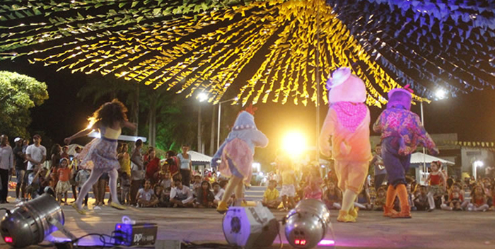 Brumado: Escolas municipais dão show com apresentações de quadrilhas juninas na Praça da Prefeitura; hoje tem mais