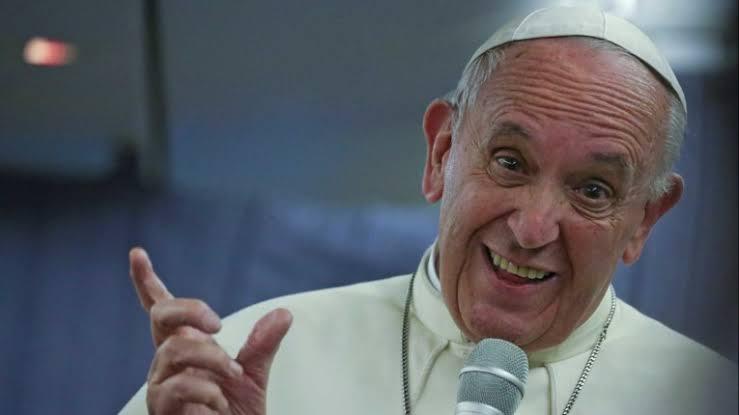 Papa Francisco fica preso em elevador e bombeiros precisam resgatar
