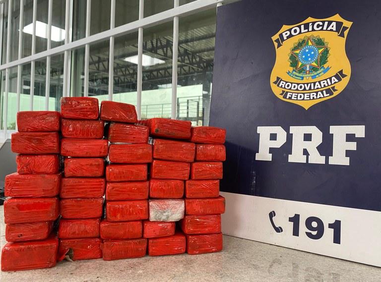 Vitória da Conquista: Passageira de ônibus é presa pela PRF transportando quase 21kg de maconha