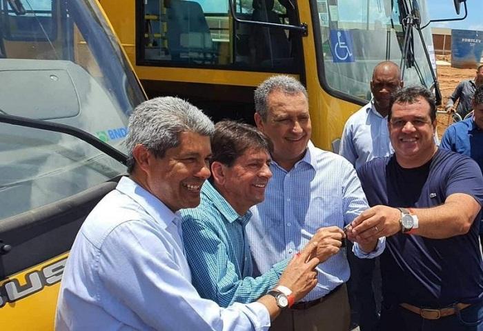 Prefeitura de Aracatu é contemplada com ônibus para transporte escolar por parte do Governo de Estado
