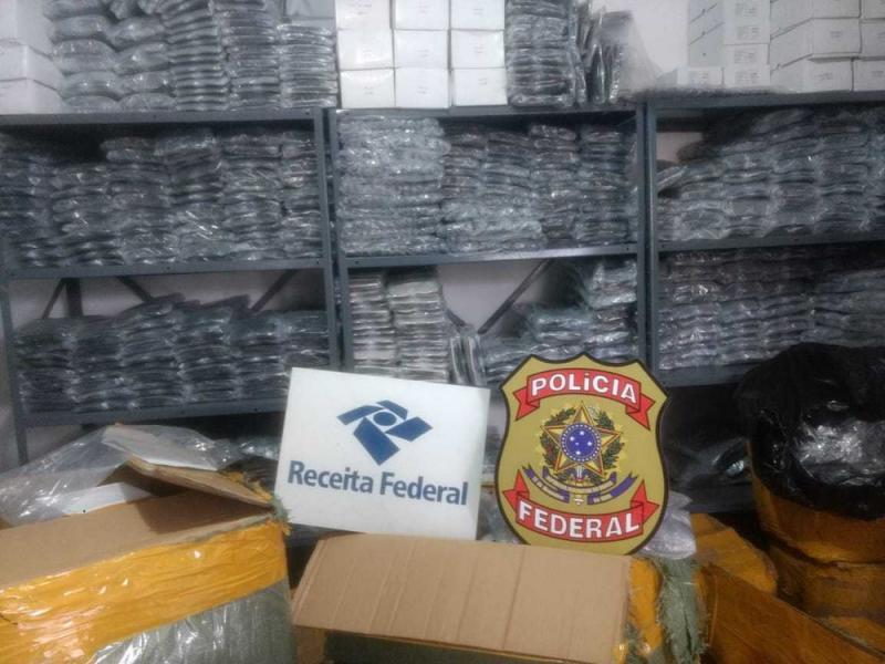Operação da PF apreende centenas de óculos de grife em duas casas na cidade de Feira de Santana