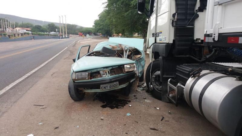 Brumado: Motorista sai ileso após forte batida em carreta na Vila Presidente Vargas