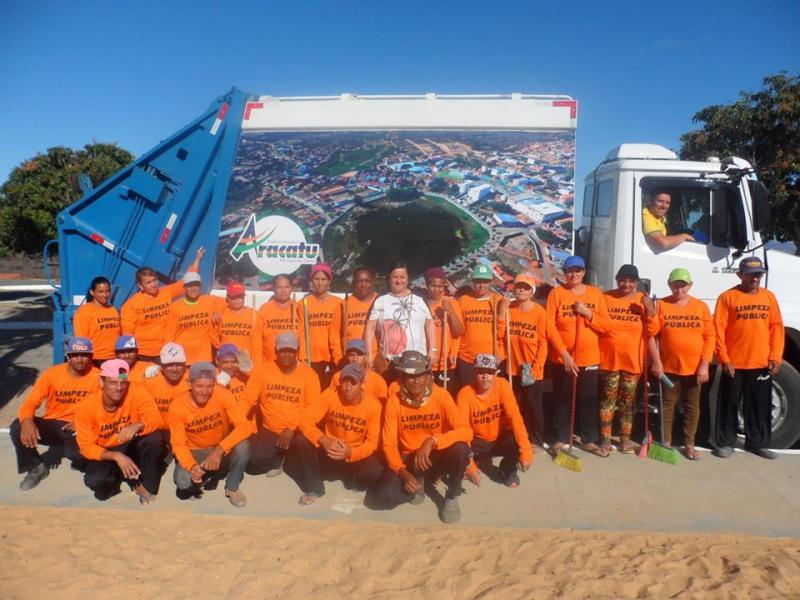 Aracatu: Prefeitura entrega caminhão coletor de lixo para a população e novos uniformes para os funcionários de limpeza pública.