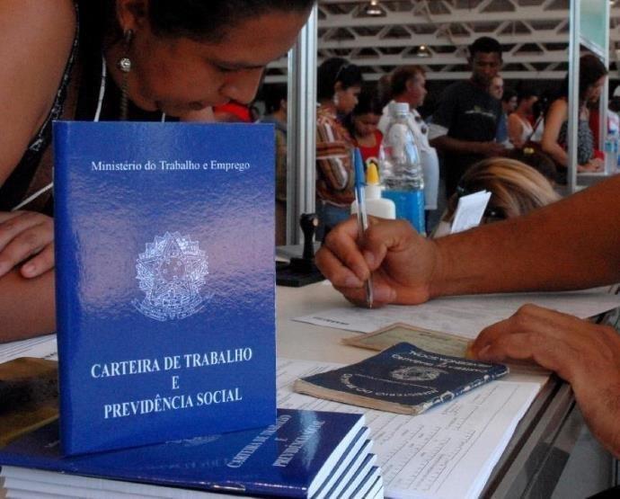 Brasil criou 221 mil empregos formais em 2017, após dois anos de queda