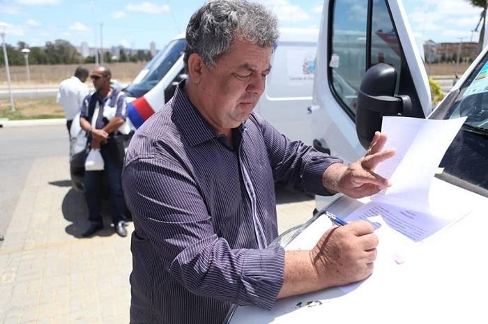 Prefeito de Rio do Antônio recebe mais uma nova ambulância para o município