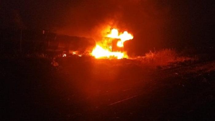 Carreta carregada com ácido sulfúrico pega fogo na BR-101 e motorista escapa ileso