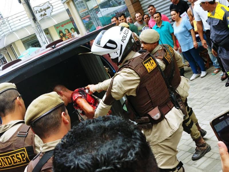 Assaltante é baleado e preso durante tiroteio e perseguição no centro de Vitória da Conquista