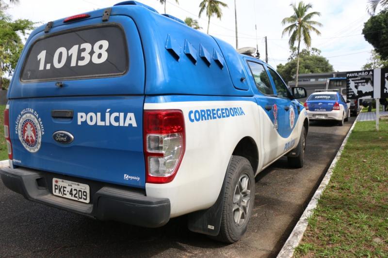 Sete PMs da Bahia, suspeitos de sequestros e roubos, são alvos de operação