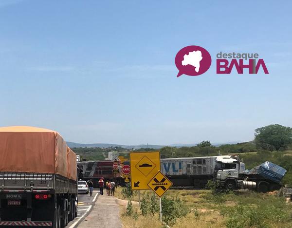 Carreta é atingida por locomotiva na BR - 030, em Brumado