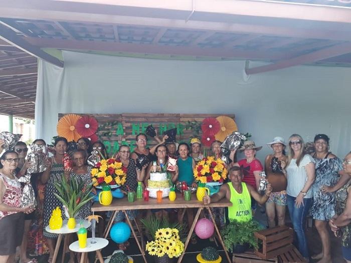 Prefeita de Malhada de Pedras acompanha grupo da melhor idade durante confraternização em Rio do Antônio