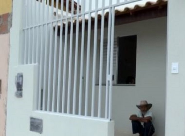 Conquista: Gari faz campanha e idoso tem casa reconstruída