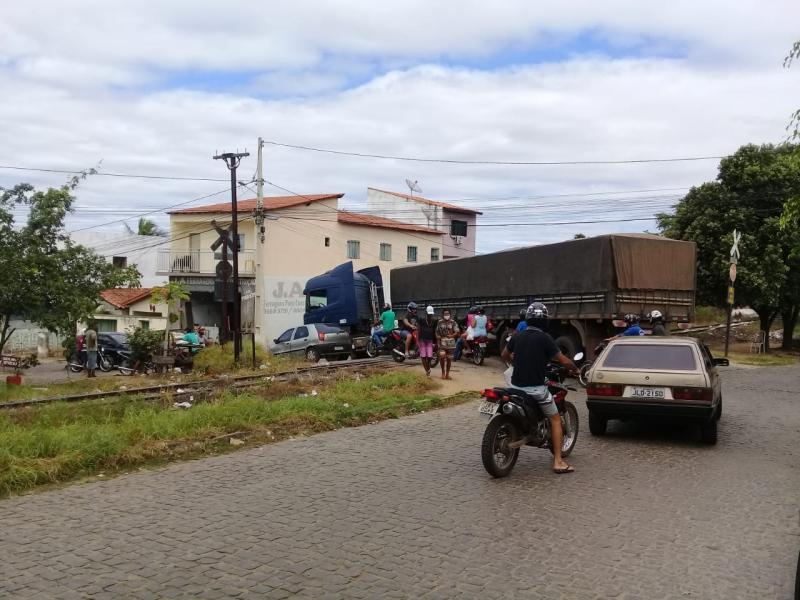 Brumado: Carreta ficou presa a linha férrea no bairro Dr. Juracy
