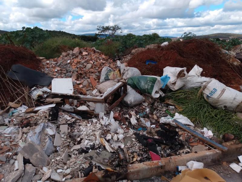 Brumado: Moradores dos bairros Santa Teresa, Urbis I, São Vicente e Maria de Lourdes denunciam descarte irregular de lixo