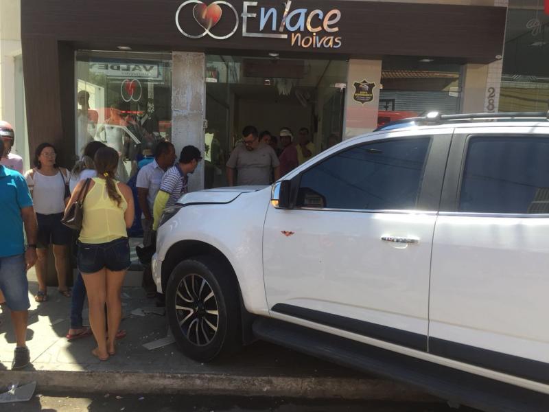Veículo sobe calçada, invade loja e deixa três pessoas feridas no centro de Brumado