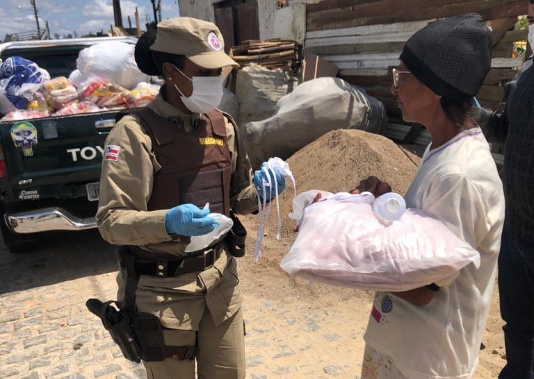 Vitória da Conquista: Base Comunitária entrega cestas básicas para famílias carentes