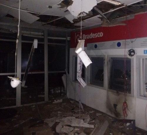 Grupo armado explode banco do Bradesco em Piatã
