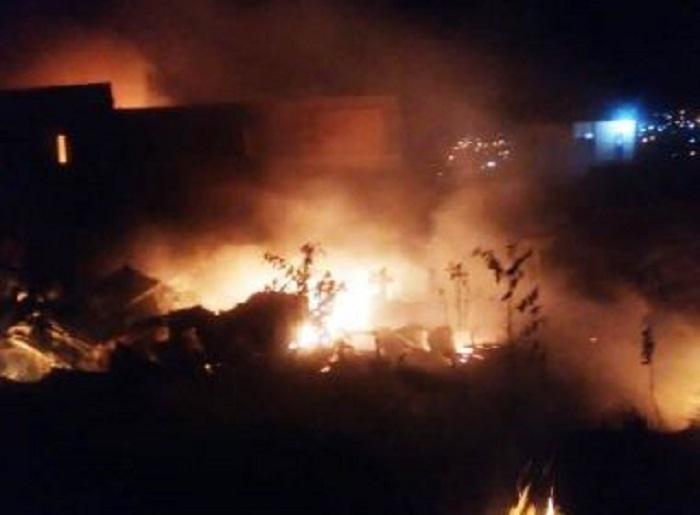 Incêndio destrói ferro-velho em Feira de Santana