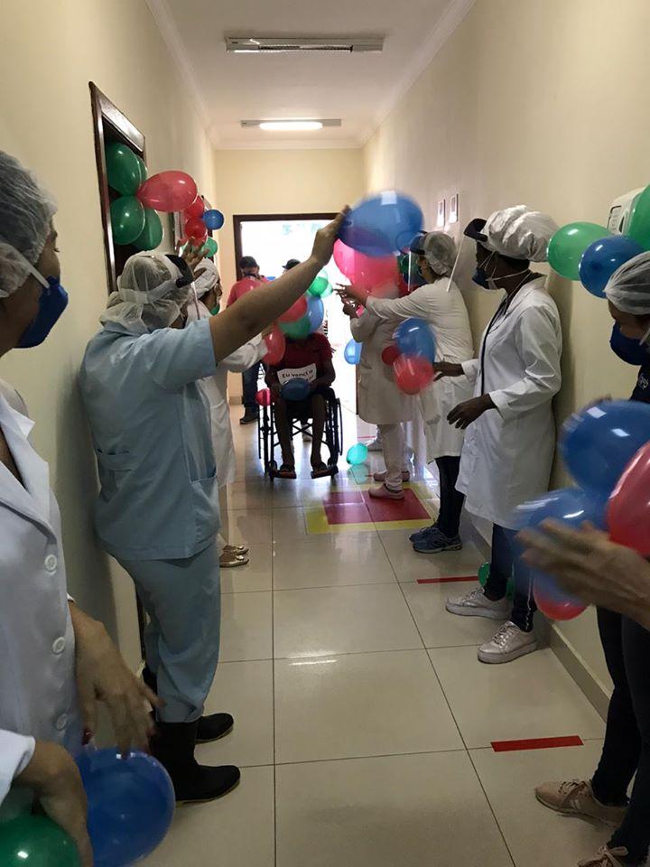 Pacientes curados da Covid-19 são recebidos com festa em clínica de Brumado