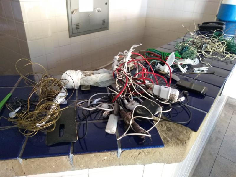 Polícia encontra celular e objetos cortantes durante revista na delegacia de Brumado