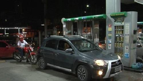 Motoristas abastecem R$ 0,50 em protesto contra o valor da gasolina, que chega a R$ 4,29 no sul da BA