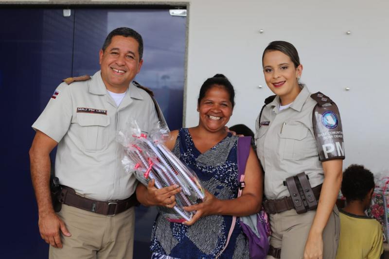 Base Comunitária distribui material escolar para crianças carentes em vitória da Conquista