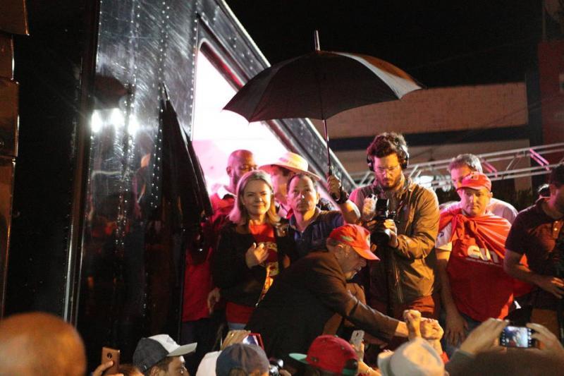 Palanque de Lula é atingido por ovos e ex-presidente reage: 'canalha não tem cara'