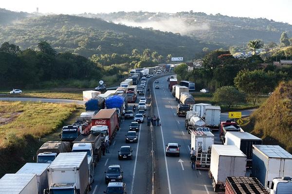 Caminhoneiros protestam contra alta do diesel na Bahia e outros 16 estados