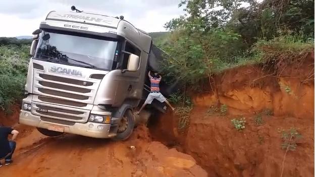 Carreta quase tomba devido estradas ruins em Rio do Antônio; prefeitura diz que a recuperação está programada