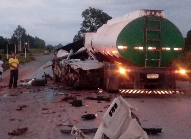 Caminhonete fica destruída ao ser esmagada por carretas na BA e motorista sobrevive com ferimentos leves