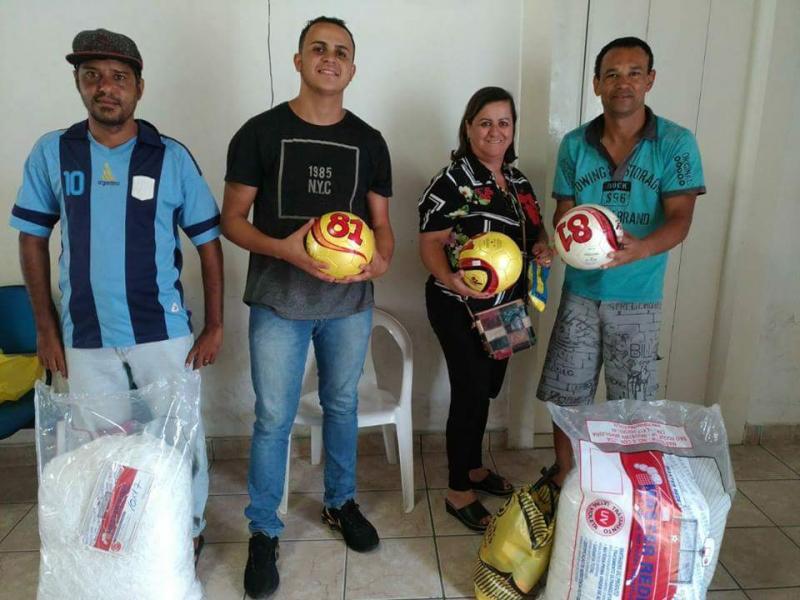 Em apoio aos desportistas prefeita de Aracatu entrega novos materiais esportivos