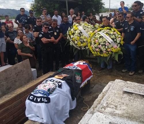 Corpo do delegado, Dr. Marco Torres é enterrado com homenagens e muita emoção em Minas Gerais