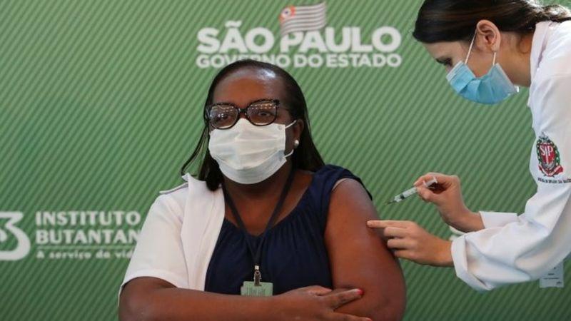 Covid-19: Enfermeira de SP é a 1ª vacinada no Brasil