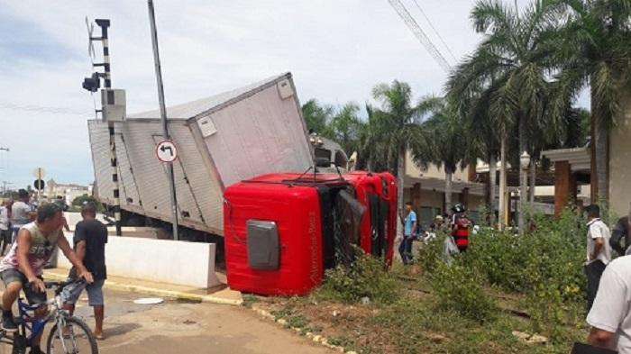 Brumado: Locomotiva atinge caminhão em passagem de nível que da acesso ao Centro da cidade