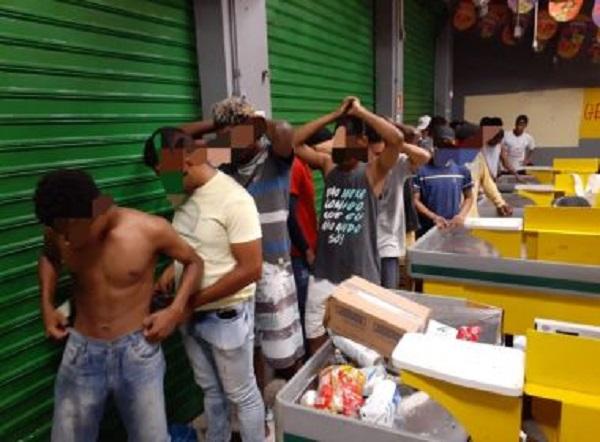 Mais de 30 pessoas tentam furtar lojas em Cosme de Farias e são detidas pela PM