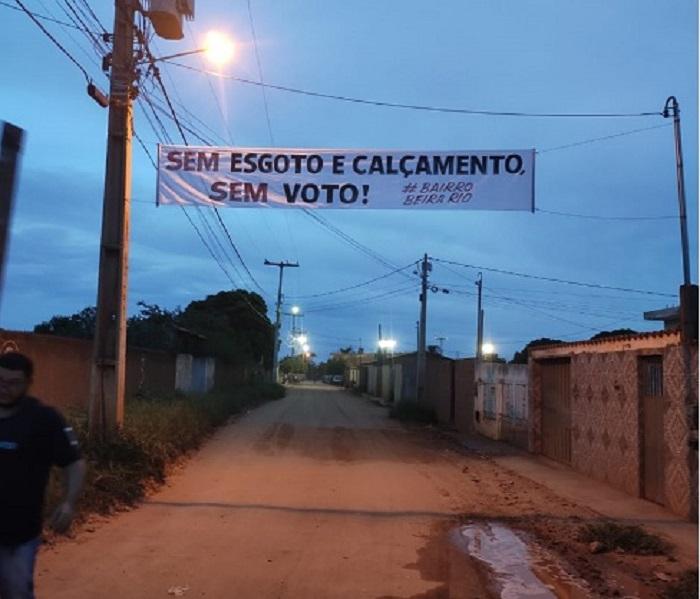 """Livramento: População na bronca com prefeito: """"SEM ESGOTO E CALÇAMENTO, SEM VOTO!"""