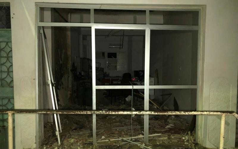 Grupo causa terror após invadir cidade, explodir caixa eletrônico com dinamite e disparar tiros contra delegacia no sul da Bahia