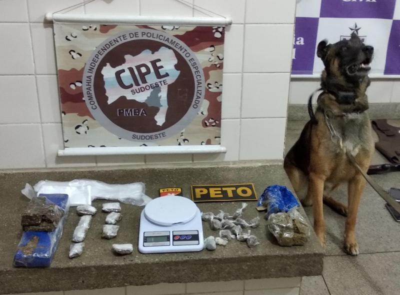Três pessoas são detidas com dois quilos de maconha, arma e capa de colete balístico em Brumado