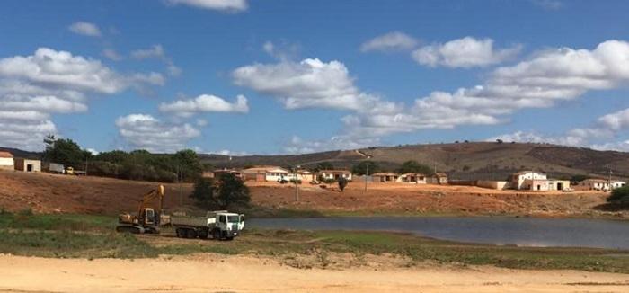 Aracatu: Prefeito inicia limpeza da Lagoa da Várzea da Pedra