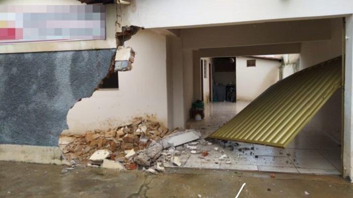 Livramento: Carro desgovernado atinge muro e portão de residência no Centro da Cidade