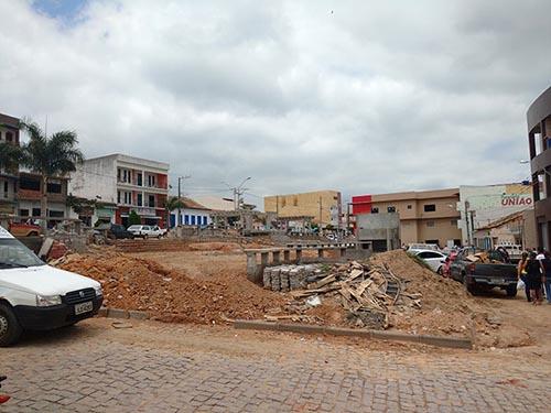 População questiona atraso de mais de um ano em reforma de praça no centro de Aracatu