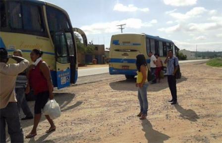 Falha mecânica em ônibus da empresa Novo Horizonte deixa passageiros na bronca